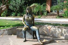 No auge de sua carreira, em 1964, a atriz francesa Brigitte Bardot visitou o Rio de Janeiro, e devido à tranquilidade do local, optou por hospedar-se em Búzios, que na época era apenas uma vila de pescadores. Esta passagem da atriz deu maior visibilidade à cidade, que presta sua homenagem à Brigitte Bardot com uma estátua localizada na orla batizada com o seu sobrenome.