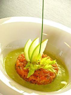 Tartare di salmone con zuppa fredda di sedano mela e limone - Salmon tartare with cold soup of celery apple and lemon
