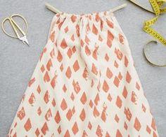 Ihr Kind braucht noch ein kleines Kleidchen? Bitte schön! Der Schnitt kommt vom Berliner Label Noé & Zoë, die Anleitung packen wir obendrauf. Nur nähen müssen Sie noch selbst.