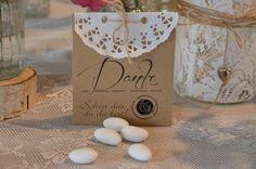 Hochzeitsmandeln als Gastgeschenk für Eure Gäste in toller personaliesierter Vintage Verpackung. **Hier im Angebot** 1 Aufsteller verzeiert mit Spitzendeckchen und Bäckergarn mit...