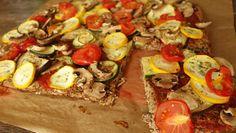 """Eine Pizza ohne Kohlenhydrate? Unsere Low Carb Pizza wird mit Auberginen und Leinsamen gemacht. Das ist gesund und schmeckt """"trotzdem"""" enorm lecker und saftig."""