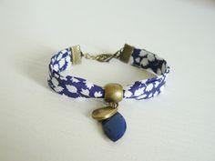 Bracelet Liberty of London Glenjade, fleur blanche et bleu nuit : Bracelet par les-bijoux-de-poe