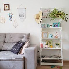 {inquilinos} • tem espaço na sua sala para uma estante? Se sim, olha esse modelo que lindo! ❤ Coloque tudo aquilo que te trouxer boas…