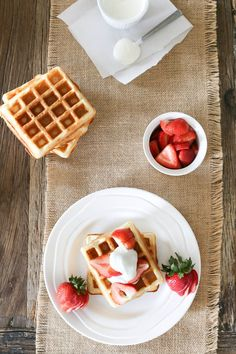 Waffles with Strawberries and a Tangy Vanilla-Cream Sauce- I litterly JUST ate this. Second Breakfast, What's For Breakfast, Breakfast Recipes, Dessert Recipes, Brunch, Tasty, Yummy Food, Pancakes And Waffles, Vanilla Cream