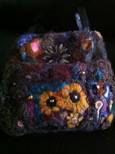 Needle felt purse Felt Purse, Needle Felting, Projects To Try, Textiles, Purses, Hats, Handbags, Felt Pouch, Hat