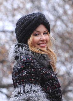 Kylie Minogue hält ihren Kopf bei eisigen Temperaturen mit einer dicken Strickmütze in Turbanoptik warm.