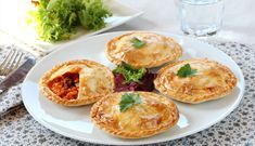 Empanadillas con bacalao y tomate al curry Empanadas, Canapes, Salmon Burgers, Curry, Appetizers, Eggs, Tasty, Fruit, Breakfast