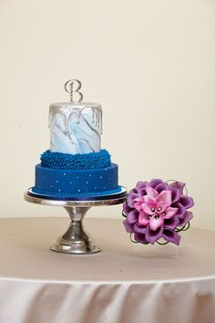 Blue and white marble wedding cake with purple bouquet   Delish Cakes   Wedding Guide Chicago