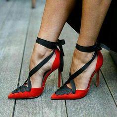 No sé quien es el diseñador.. #redshoes #highheels #chossures #zapatosmujer