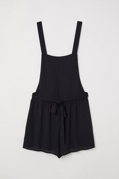 Embrace the sun with our selection of women's shorts at H&M. From cotton chinos and jean shorts to high-waisted styles, shop online for your ideal pair. Black Overalls Outfit, Dungarees Shorts, Cute Overalls, Style Salopette, Salopette Short, Fashion News, Fashion Online, Short Noir, Style Personnel