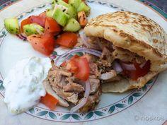 Kipgyros op een pitabroodje met tzatziki – een Griekse maaltijd van de barbecue