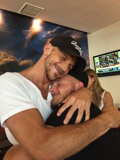 """Alexander Ludwig on Twitter: """"Reunited at last! I love this guy #ComicCon #sandiego #vikings https://t.co/qmraK1Ce3M"""""""