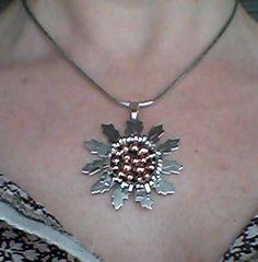 """Moderno diseño de colgante """"Eguzkilore"""" grande: Flor del país Vasco que simboliza """"Protección"""". Diseño exclusivo Yadesilver."""