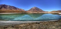 Laguna Verde: tal como a Laguna Colorada, sua cor muda de acordo com o vento e a luz do sol. Atrás do lago, povoado por rebanhos de vicunhas...