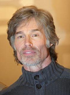 Ridge Forrester: Ronn Moss (* 4. März 1952 in Los Angeles,) ist ein amerikanischer Schauspieler. Er spielte in einigen Produktionen mit, bis er für die Rolle des Ridge Forrester in der Seifenoper Reich und Schön engagiert wurde. Moss wurde durch diese Rolle weltweit berühmt und war bis zu seinem Ausstieg 2012 – neben seinen Schauspielkollegen Katherine Kelly Lang, Susan Flannery und John McCook – einer der Darsteller, die seit der ersten Folge in der Serie mitwirken.