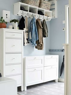 Designing a hallway Nice concepts for each hallway ROOMBEEZ Tips on how to remodel your hallway into an inviting entrance space Designing a small, gia How To Disguise Yourself, Entryway Furniture, Bedroom Furniture, Cool Walls, Wall Design, Home And Living, Living Room Designs, Sweet Home, Room Decor