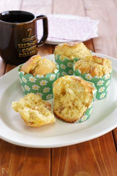 朝食やブランチにぴったり!ジャーマンポテトを加えたお食事系マフィンです。  ホットケーキミックスで簡単に作れます。