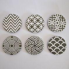 Set of 6 Coasters cement handmade art deco Hotel in White Available for €35.  #cemet #beton #coasters #home #interiordesign #lifestyle #concretedesign #industrialdesign #diferent #micarica #interiorinspo #handmadespain #handmade #interiorforyou#tagsforlikes #likeforlike #productdesign #homedecor