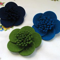 normal_wool-felt-wild-rose-brooch-more-colours 123 – Pins Felt Diy, Felt Crafts, Fabric Crafts, Cloth Flowers, Fabric Flowers, Diy Flowers, Zipper Flowers, Ribbon Flower, Felt Flower Tutorial