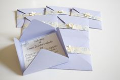 inbjudningskort dop Babyshower, Gift Wrapping, Place Card Holders, Invitations, Frame, Barn, Crafts, Ideas, Gift Wrapping Paper