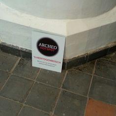 Het bord hoeft alleen nog maar opgehangen te worden #ArcheoHotspot #shertogenbosch #opening #groottuighuis