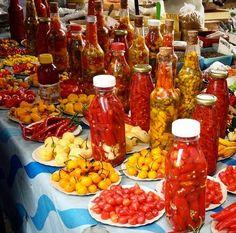 Local Food   Um dos destaques da feira da Praça Nossa Senhora da Paz no Rio de Janeiro é a barraca de pimentas! Além de lindas são muito suculentas. E seu almoço de sexta vai ser apimentado?  #localfood #riodejaneiro #pimenta