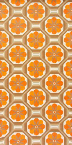 Original 70er Jahre Tapete mit geometrisch/floralem Muster. Das Papier dieser Tapete ist glatt und von guter Qualiät. Das Muster wirkt wie handgedruckt und ist in braun mit kräftigem Orange...