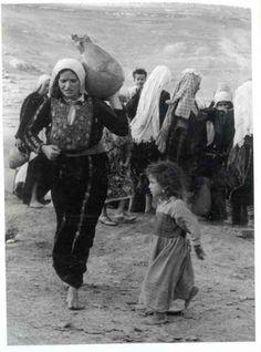 Woman & Child fleeing Palestine during the Nakba 31 Unbelievable Photographs Israel Doesn't Want You To See! Palestine History, Israel Palestine, Jewish History, Palestine People, Fosse Commune, Heiliges Land, Terra Santa, Naher Osten, Arab World