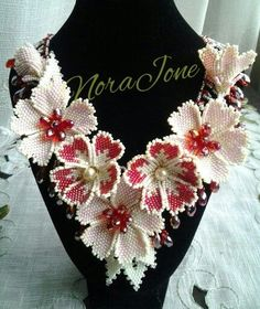 A netted necklace with red hot flowers. Seed Bead Art, Seed Bead Jewelry, Bead Jewellery, Beaded Flowers Patterns, Beading Patterns, Seed Bead Flowers, Beaded Jewelry Designs, Fabric Jewelry, Handmade Beads