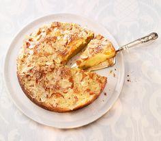 Saftige Aprikosen, zarte Mandeln und reichlich Rahm machen diesen Klassiker zu einer Edel-Variante – schlemmen erlaubt. Apple Recipes, Cake Recipes, Cakes And More, Soul Food, Hummus, Camembert Cheese, Macaroni And Cheese, Sweet Tooth, Bakery