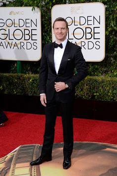 El actor Michael Fassbender, nominado a Mejor Actor Protagonista por su papel en 'Steve Jobs', con un elegante traje clásico con pajarita.