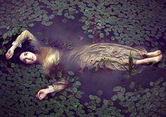Eine Frau schwimmt im Fluss