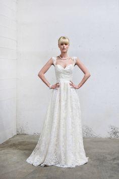 Vintage Lace Cap Sleeve Wedding Dress Fitted Bodice Flowy Skirt door AnyaDionne op Etsy https://www.etsy.com/nl/listing/125647659/vintage-lace-cap-sleeve-wedding-dress