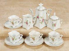 De Kleine Wereld Museum of Lier: 237 German Porcelain Tea Service in Unusual Square-Shape Antique Tea Sets, Antique Toys, Tea Service, Doll Furniture, Fine Porcelain, Rose Buds, Doll Accessories, Cup And Saucer, Tea Pots