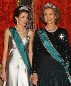 """La pricesa Leticia con la tiara """"prusiana"""" y la reina con la tiara de flores regalo del dictador Franco."""