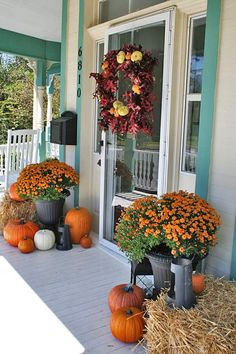 See how to create fabulous fall porch displays using pumpkins, mums, gourds, and fall farmhouse style accessories. Find unique ideas for fall porch decor. Halloween Veranda, Fall Halloween, Halloween Ideas, Scary Halloween, Costume Halloween, Halloween Stuff, Halloween Party, Autumn Decorating, Porch Decorating
