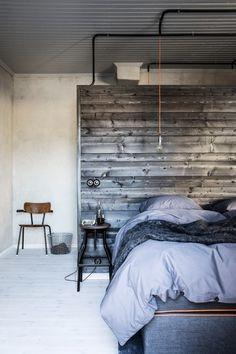 guldhuset_sovrum Tony och Åsa Löfling lät bygga om sin guldsmedsbutik till bostad. Arkitekten Johan Israelson skapade en varm och inbjudande inredning av betong, stål och lutat trä.