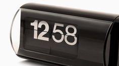 L'iconico orologio Cifra3 di Solari Lineadesign, creato nel 1966, oggi torna con un look nuovo, in total black. Identico ad allora, ma sempre all'avanguardia e ancora più accattivante.