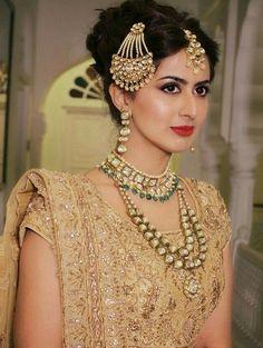Indian bride jhumar with beautiful detailing Maang Tikka Design, Tikka Designs, Indian Bridal Wear, Pakistani Bridal, Bridal Necklace, Bridal Jewelry, Gold Jewelry, Jewellery, Bridal Looks