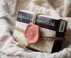Sapun natural cu Ciocolata Definiția este simplă si reală – săpun pentru răsfăț. Ciocolata ajută la stabilizarea stării de spirit, induce o stare de calm, de relaxare, de fericire, de aceea acest săpun conține ciocolată și pudră de cacao din abundență. Este plin de romantism și de căldură.
