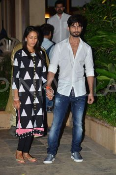 The latest couple of tinselville, Shahid Kapoor and Mira Rajput, finally reached Mumbai and was snapped outside their Juhu house. Mira made way to he. Window Mesh Screen, Mira Rajput, Shahid Kapoor, Beautiful Couple, Girl Photography, Kate Middleton, Diva, Bollywood, Slippers
