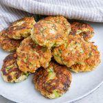 Squashfrikadeller – lækre vegetariske grøntsagsfrikadeller Greek Recipes, Tandoori Chicken, Salmon Burgers, Squash, Tapas, Brunch, Food And Drink, Vegetarian, Favorite Recipes