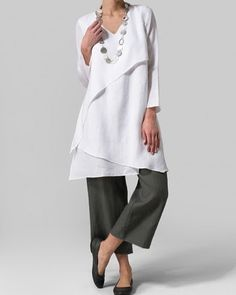 White asymmetrical tunic over grey trousers. Layered tunic by Vivid Fashion Over, Look Fashion, Fashion Outfits, Womens Fashion, 70s Fashion, Fall Fashion, Fashion Trends, Miss Me Outfits, Cool Outfits
