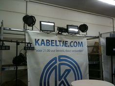 Led lampen en de backdrop van Kabeltje.com in de studio die wij aan het bouwen zijn.