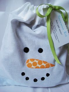 I will do this for the kids on the first day of winter! Handmade gift: Snowman Kit - the kit includes a top hat, scarf, buttons, painted rocks, and a fake carrot nose! tucked into a decorative (diy) drawstring bag. Nixon would LOVE this! Snowman Kit, Snowman Party, Snowman Crafts, Christmas Snowman, Winter Christmas, All Things Christmas, Christmas Stocking, Schneemann Party, Craft Gifts