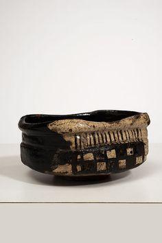 """Chawan de forme """"kutsu"""" en grès émaillé noir et blanc à décor de damier sur une face et coulures sur l'autre Japon, fours d'Oribe, époque Momoyama (1573-1603) Longueur : 13,5 cm"""