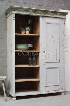 Kast 10197 - Prachtige oude kast met een mooie verweerde uitstraling. De kast heeft een leg gedeelte met vier planken en achter de deur een hang gedeelte. Een mooie brocante eyecatcher deze kast!