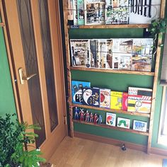 本や雑誌って、気づいたら山積みになっちゃっていることも多いですよね。本棚がなくても、ちょっとしたスペースを活用して雑誌を収納できちゃいます。本棚はあるけれど雑然と並べるだけで上手に活用できていないという人にも役立ててもらえそうな本棚を集めてみました。雑誌や本をキレイに収納してみませんか? Book Storage, Diy Storage, Rement, Kid Table, Bookshelves, Ideas Para, Magazine Rack, Liquor Cabinet, Diy And Crafts