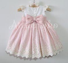 Para comemorarem o primeiro aninho da Valentina, dia 3, em São Paulo, a mamãe Flavia escolheu este vestido com corpo of, saia rosa, re...