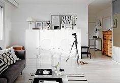 Philippe Starckin vuonna 2000 Kartellille suunnittelema Louis Ghost -tuoli on jo klassikko. Laura hankki niitä kaksin kappalein sohvan kaveriksi. Sohva on Bo Conceptin.